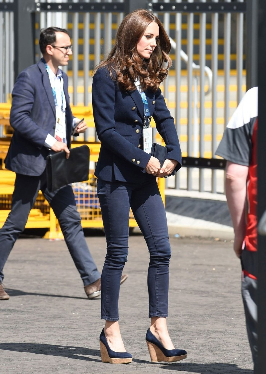 fashion-2015-07-kate-middleton-jeans-blazer-cork-wedges-main